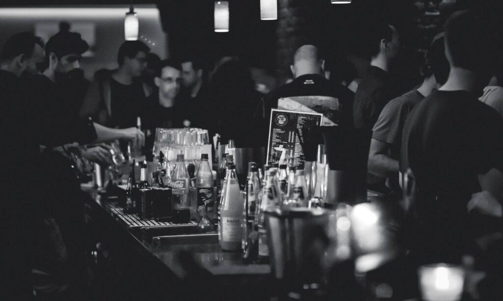 bar dove vengono consumati alcolici