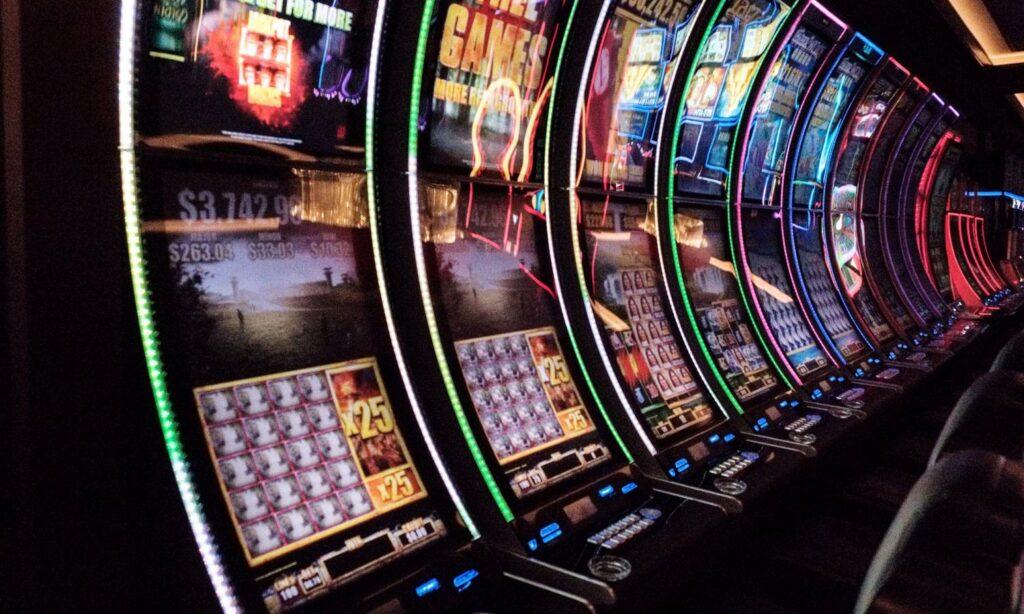 slot machine e tavoli per il gioco d'azzardo
