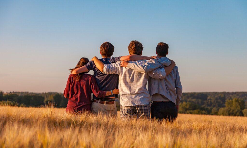 gruppo di ragazzi che affronta un percorso in comunità di recupero